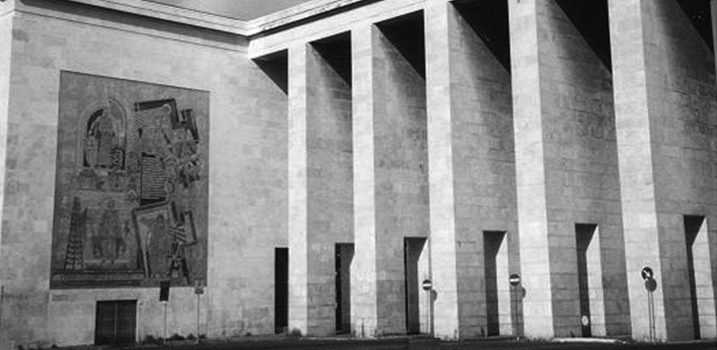 Portico (1939-42) che porta a Piazza Marconi e Genio dello Sport di Italo Griselli presso Palazzo degli Uffici.